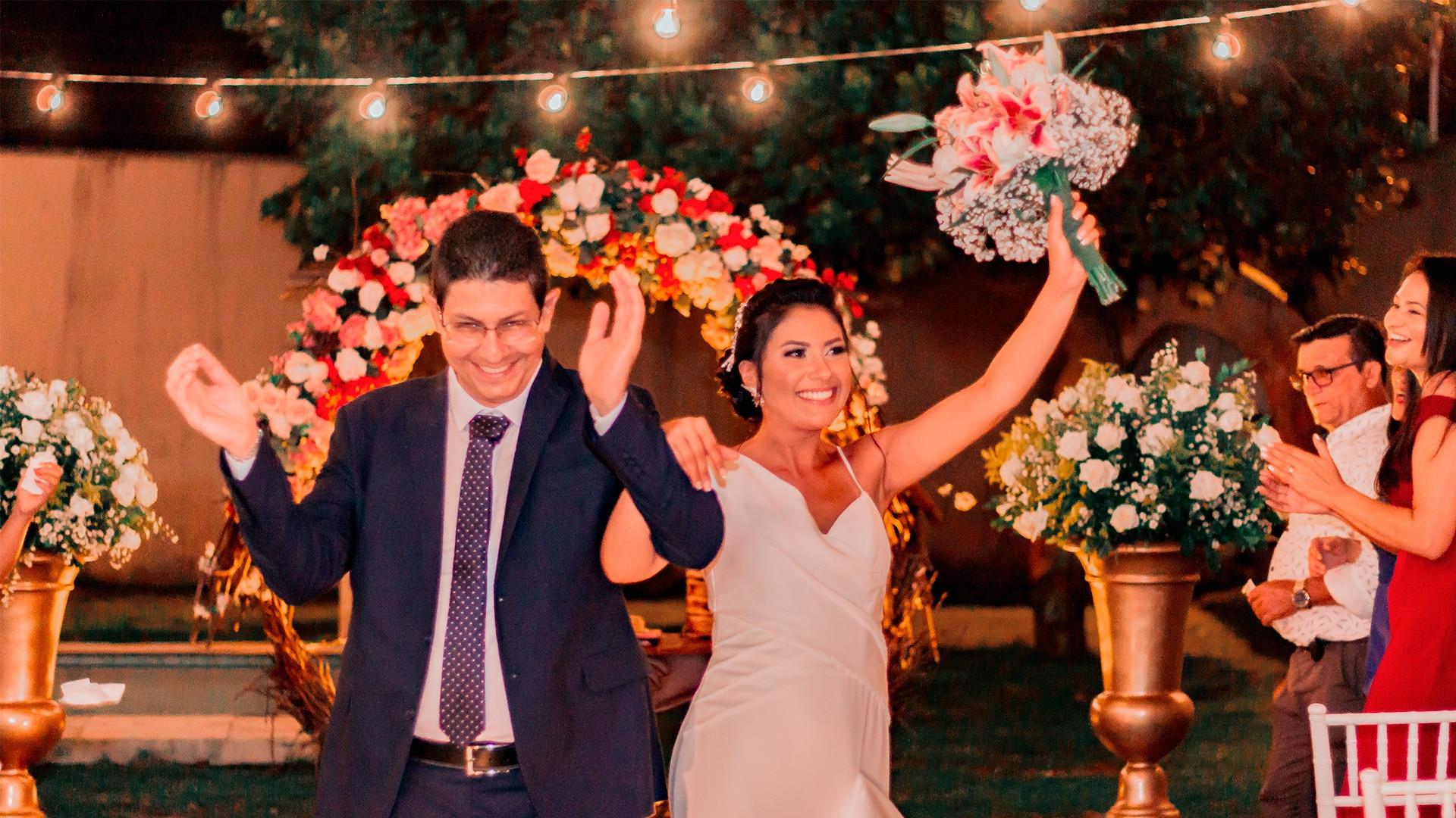 Celebrante de Casamento Ed Rodrigues com casal de noivos festejando casamento