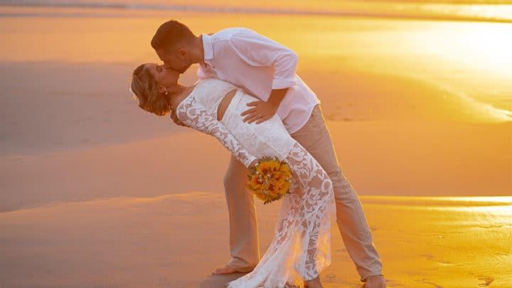 Casamento em Jericoacoara com casal de noivos na praia e no pôr do sol