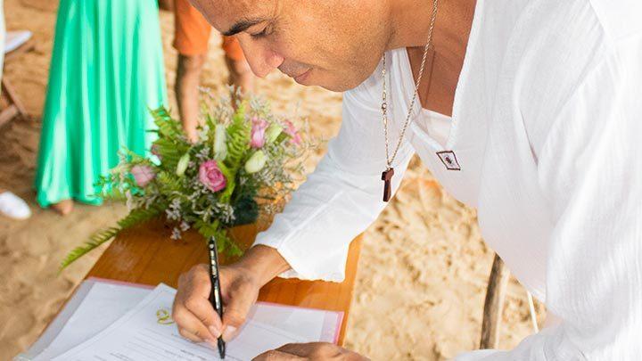 Celebrante de Casamento Ed Rodrigues assinando Termo Religioso com Efeito Civil