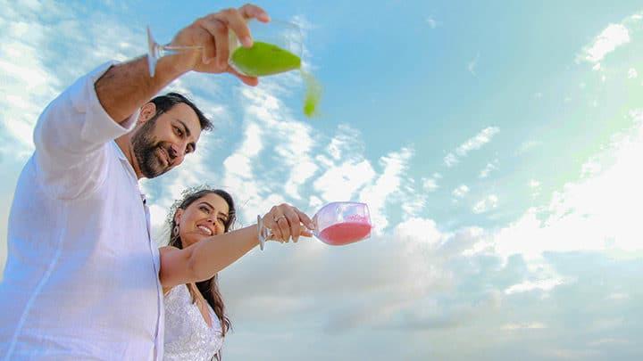 Cerimônia das Areias com casal de noivos despejando areia colorida