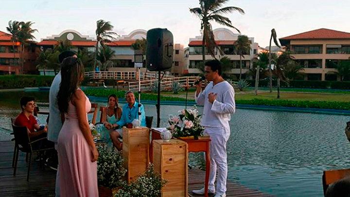 Casal de noivos realizando casamento com o celebrante Ed Rodrigues em Fortaleza
