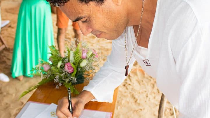 Ministro Ed Rodrigues assinando Termo de Casamento Religioso com Efeito Civil
