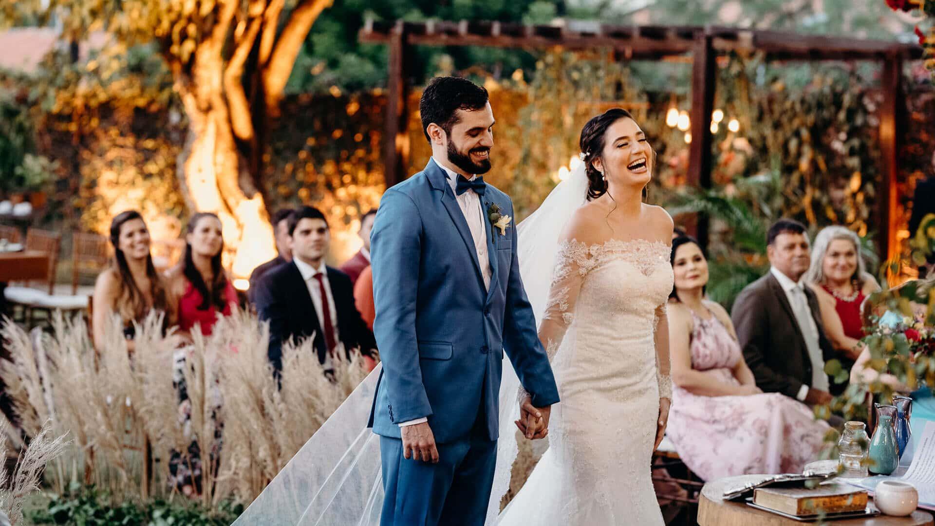 Casal de noivos sorrindo na cerimônia de casamento
