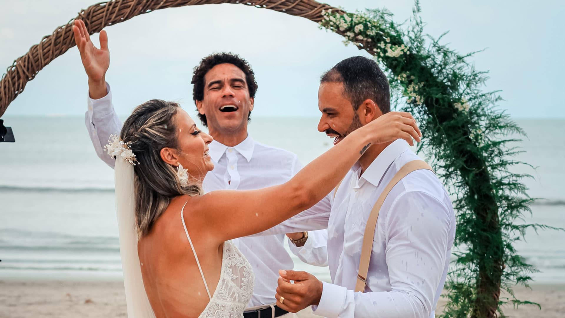 Celebrante Ed Rodrigues e casal de noivos em Jericoacoara
