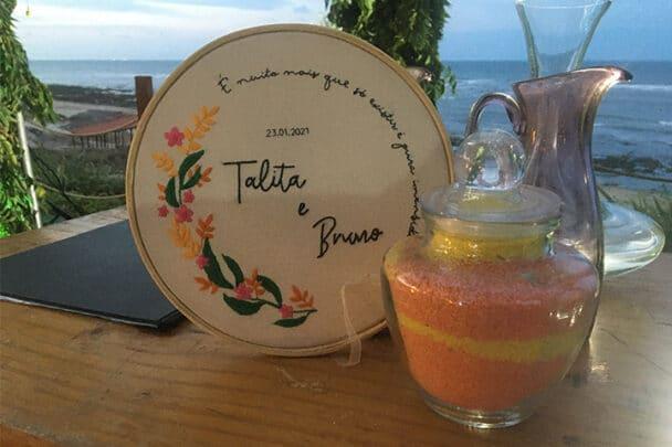 Vaso de vidro com areias coloridas em altar de casamento