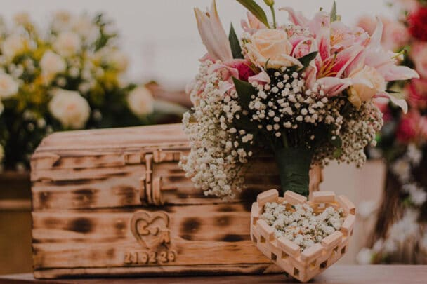 Baú de madeira em cima de altar de casamento
