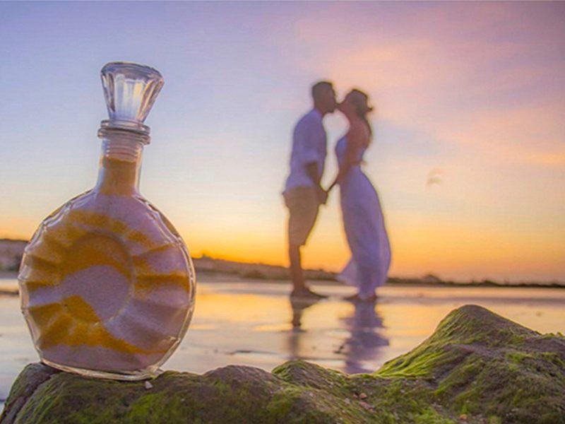 Vaso da Cerimônia das Areias e casal de noivos em Jericoacoara
