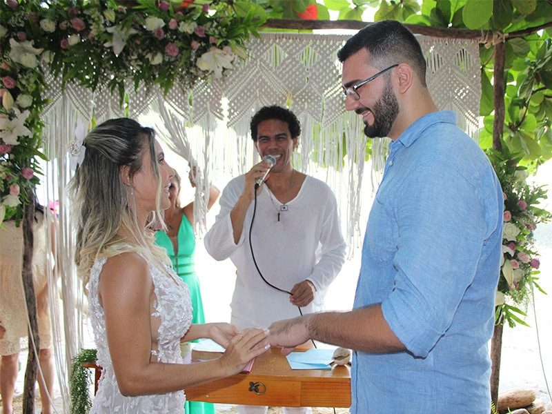 Noivo e noiva em casamento em Jericoacoara