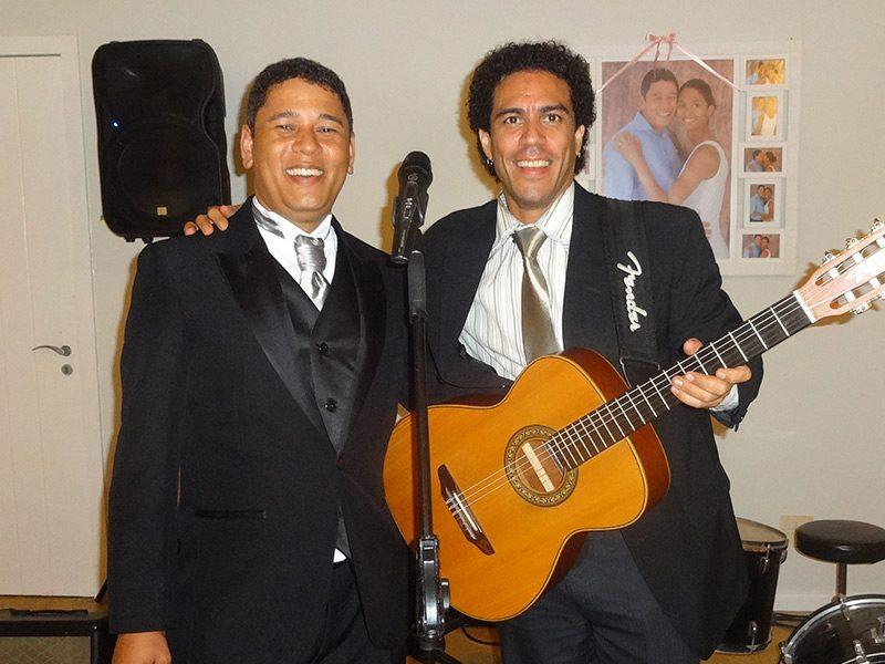 Noivo abraçado com o celebrante Ed Rodrigues