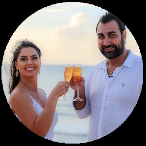 Casamento em Jericoacoara com noivos brindando com taças de champanhe